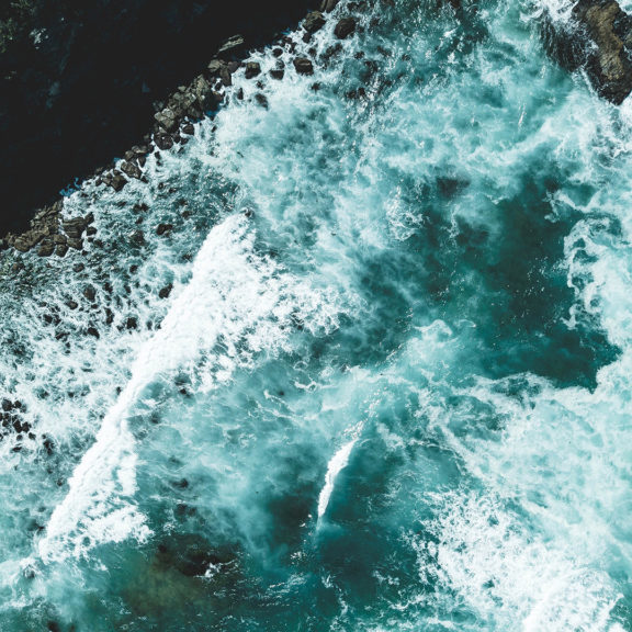 aerial-view-photography-of-ocean-waves-during-daytime